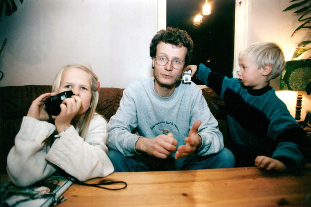 estonia-katastrofen. natten mellan 27 och 28 september 1994 gick färjan m/s estonia under i hårt väder på östersjön, på väg från tallinn till stockholm. fartygets bogvisir bröts loss i de fyra meter höga vågorna, vatten strömmade in på bildäck och fartyget sjönk inom en timme. 852 människor omkom, endast 138 kunde räddas. mikael öun utvecklingsingenjör på scania överlevde estonias förlisning , han tog den sista bilden innan estonia sjönk, han använde blixten på sin kamera som nödsignal, samtidigt tog han en bild på janno aser från tallin som sitter på skrovet iklädd en livväst , janno är på väg att glida av skrovet ner i vattnet men han överlevde . tillsammans med barnen maria, 7 år och martin, 5 år