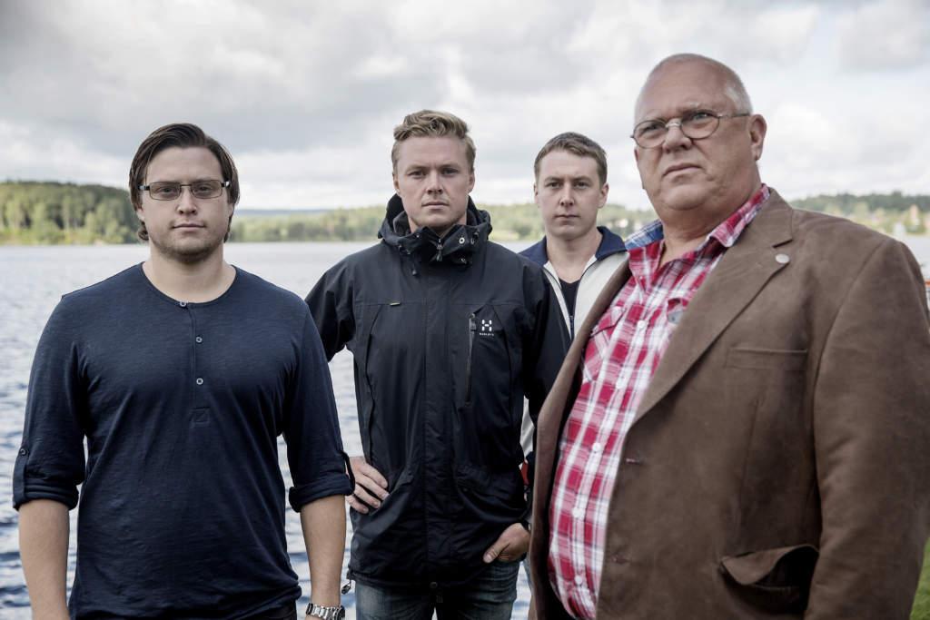 foto : magnus wennman : vi Œker till lindesbeg och trŠffar anhšriga till omkomna i estoniakatastrofen. marcus, mattias, andreas gunnarsson med morfar gšran claesson
