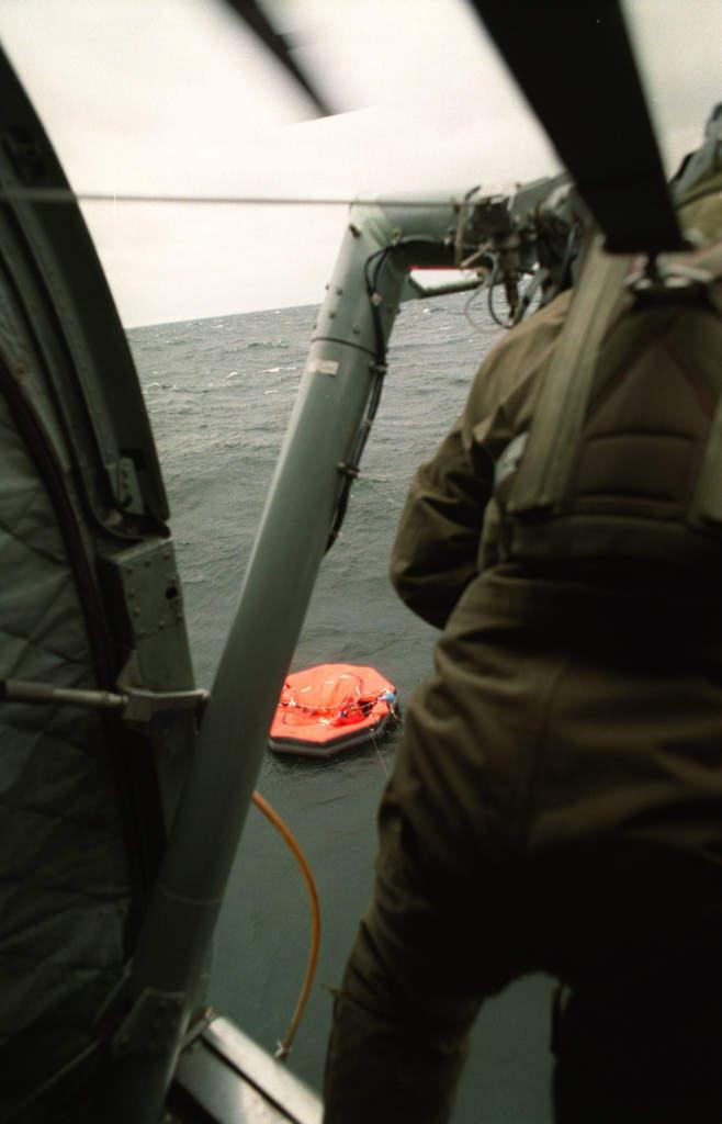 ytbärgare under arbetet att rädda överlevande från m/s estonia  som sjönk efter att ha fått slagsida i hårt väder sydost om finska utö i östersjön, livlfotte sett från räddningshelikopter