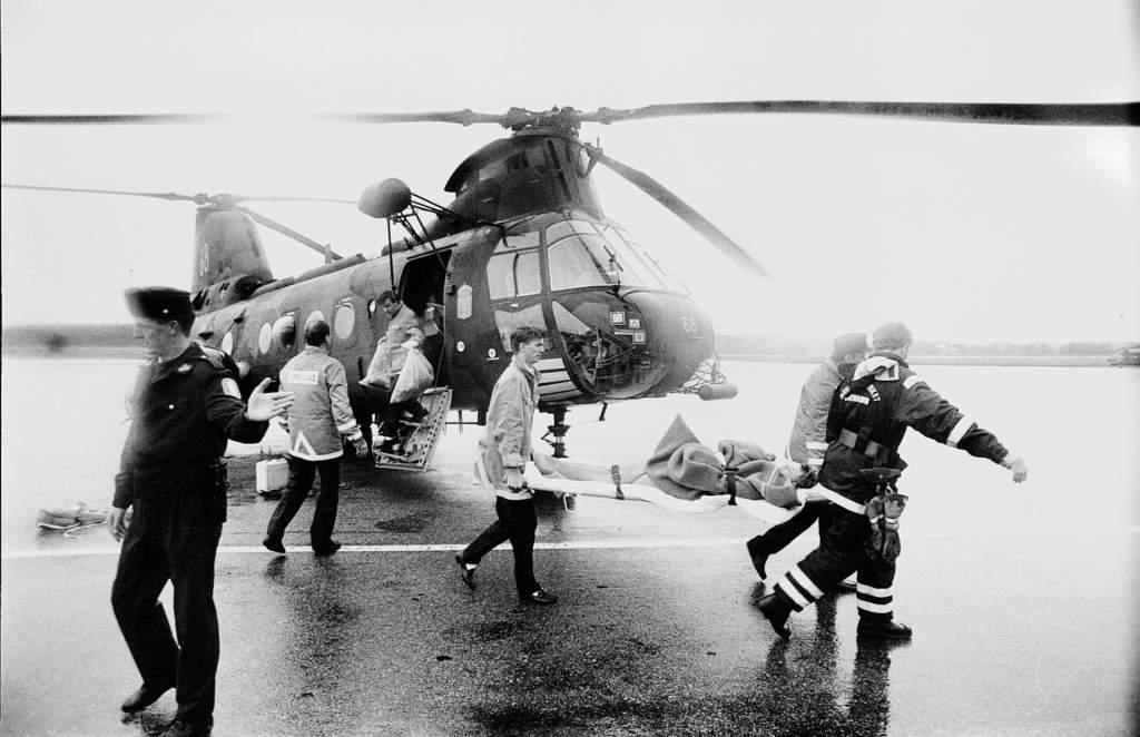 m/s estonia färjan som kantrade och sjönk i hårt väder sydost om finska utö och över 900 omkom, sara hedrenius, 20 sverige överlevde, bärs på bår från en helikopter