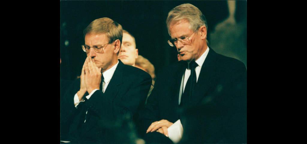 Carl Bildt och Ingvar Carlsson på minnesgudstjänsten för Estonias offer 2 september.  Foto: PICA PRESSFOTO