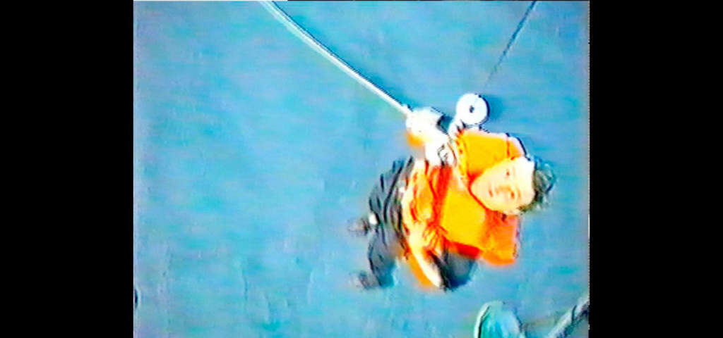 Morten Boje, 28, från Danmark räddas från en gummiflotte av en helikopter.  Foto: 12:e helikopterdivisionen