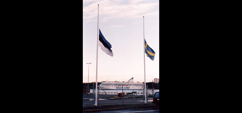 Estline-terminalen. Den estniska och svenska flaggan på halv stång.  Foto: Lasse Allard
