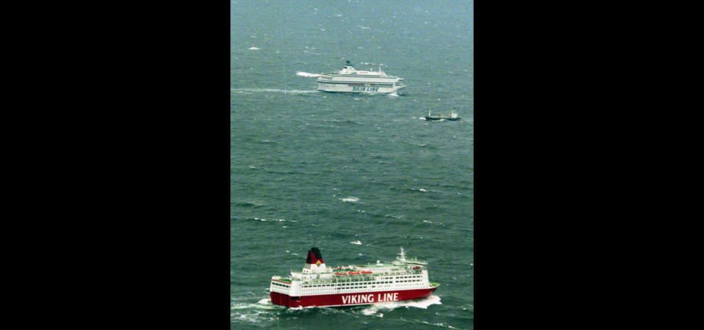 Viking Lines Mariella och Silja Lines Symphony letar efter överlevande.   Foto: AP