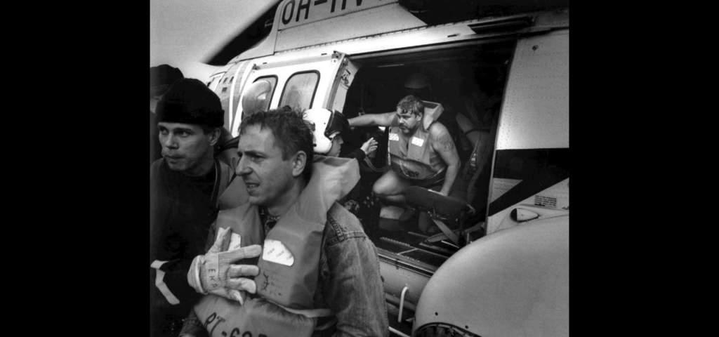 Överlevande anländer i räddningshelikopter till Finland.   Foto: Hans Paul