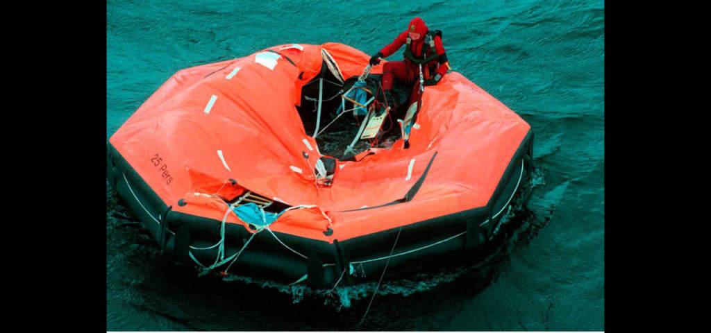 En ytbärgare kontrollerar en gummiflotte i sökandet efter överlevande.  Foto: Leif R Johansson/Pica Pressfoto