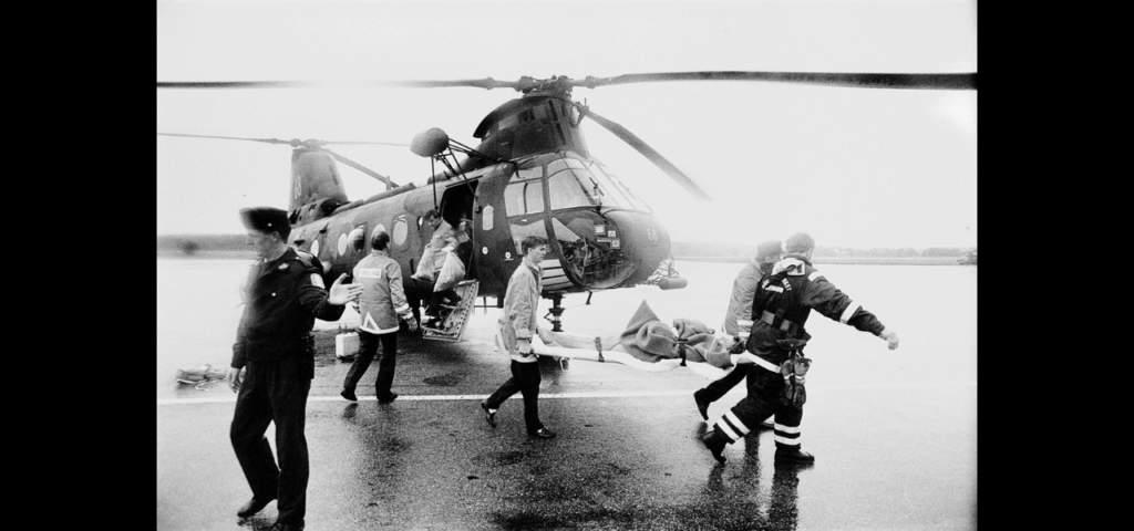 Sara Hedrenius bärs på bår från en helikopter.  Foto: Jan Andersson