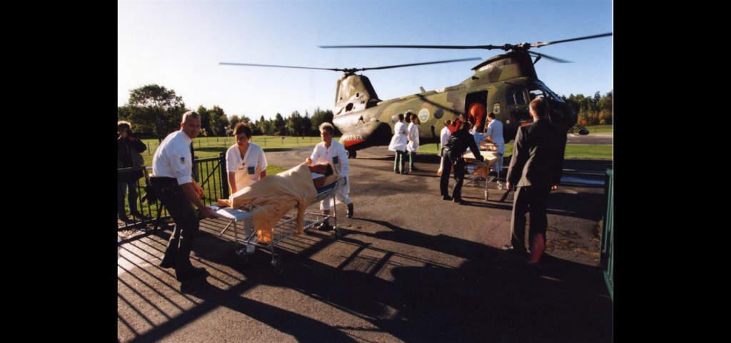 En överlevare förs skyndsamt till sjukhus i Stockholm.   Foto: Björn Larsson Ask/TT