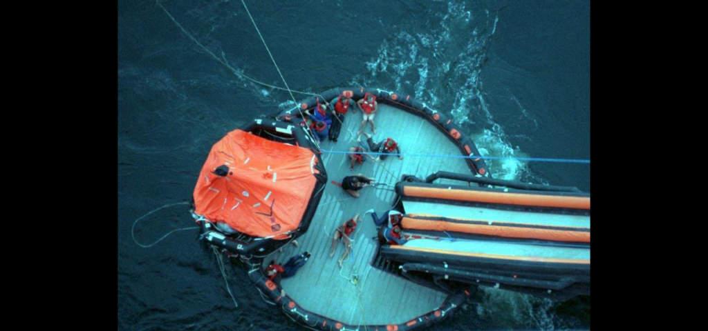 Överlevande från Estonia plockas upp från en livflotte av Silja Line Symphony.  Foto: Patric Källgren/Pressens Bild