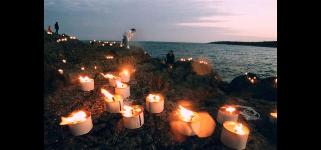 Närmare tusen ljus tändes på klipporna utanför Norrtälje på Allhelgonasöndagen den 5 november 1994.   Foto: TT