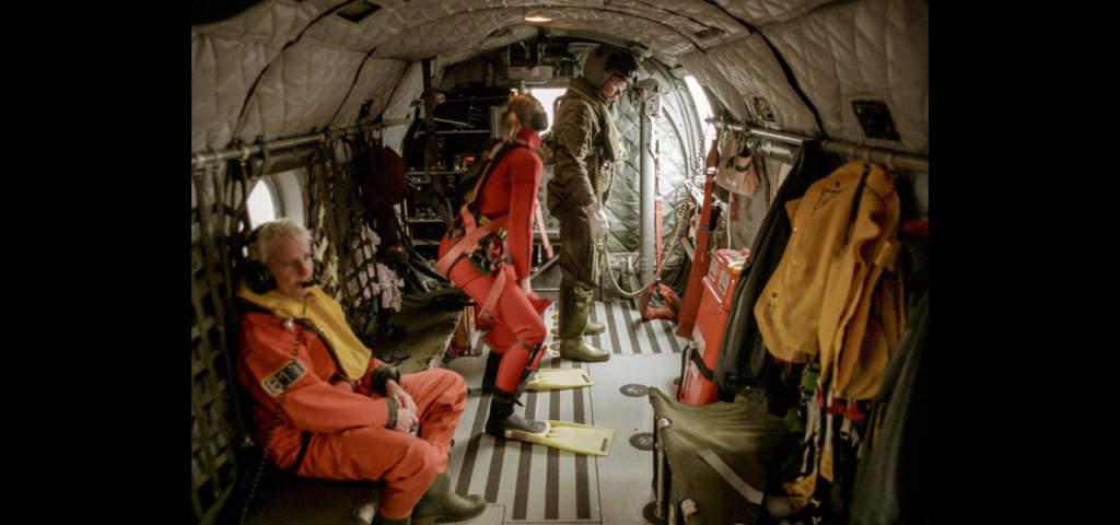 Grodmän gör sig beredda att påbörja räddningsarbetet på svenska marinens helikopter.   Foto: TT
